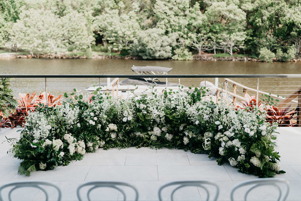 Modern ceremony hedging in green and white tones