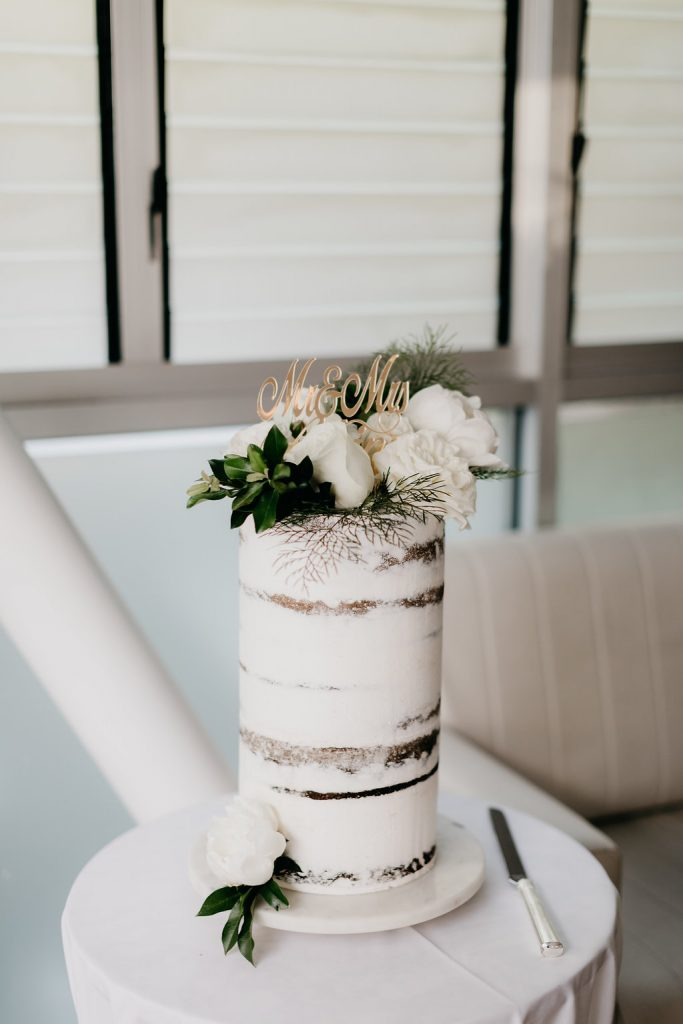 Cake flowers with feature white blooms