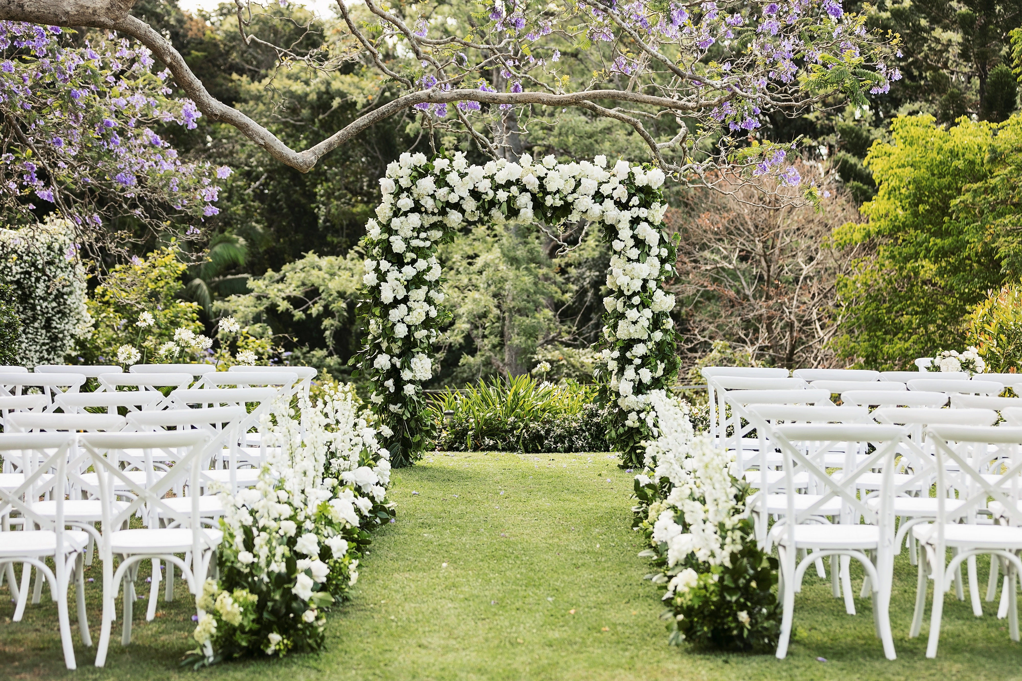 Modern ceremony arbour and hedging in white and green