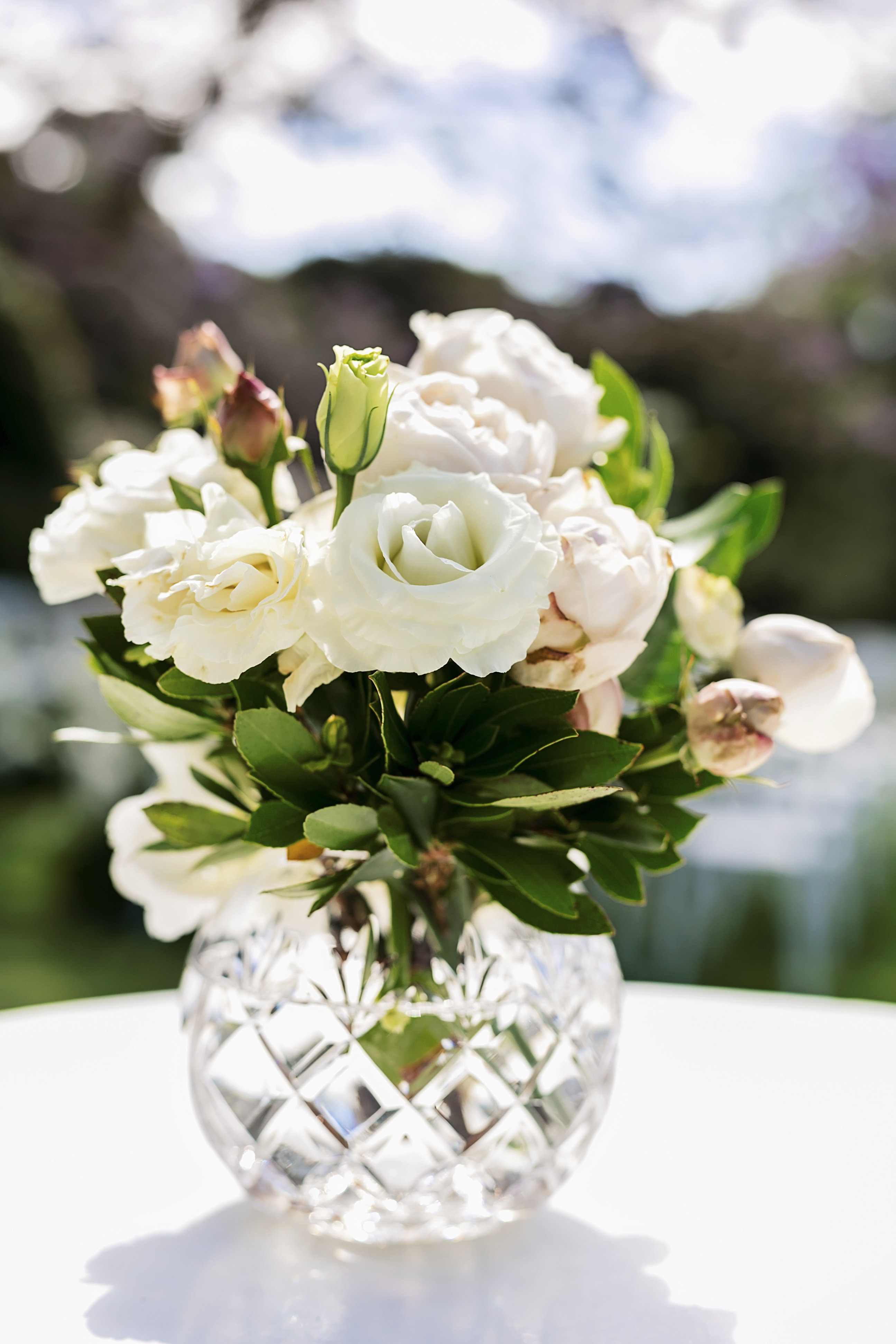 Crystal vase design with roses and lisianthus