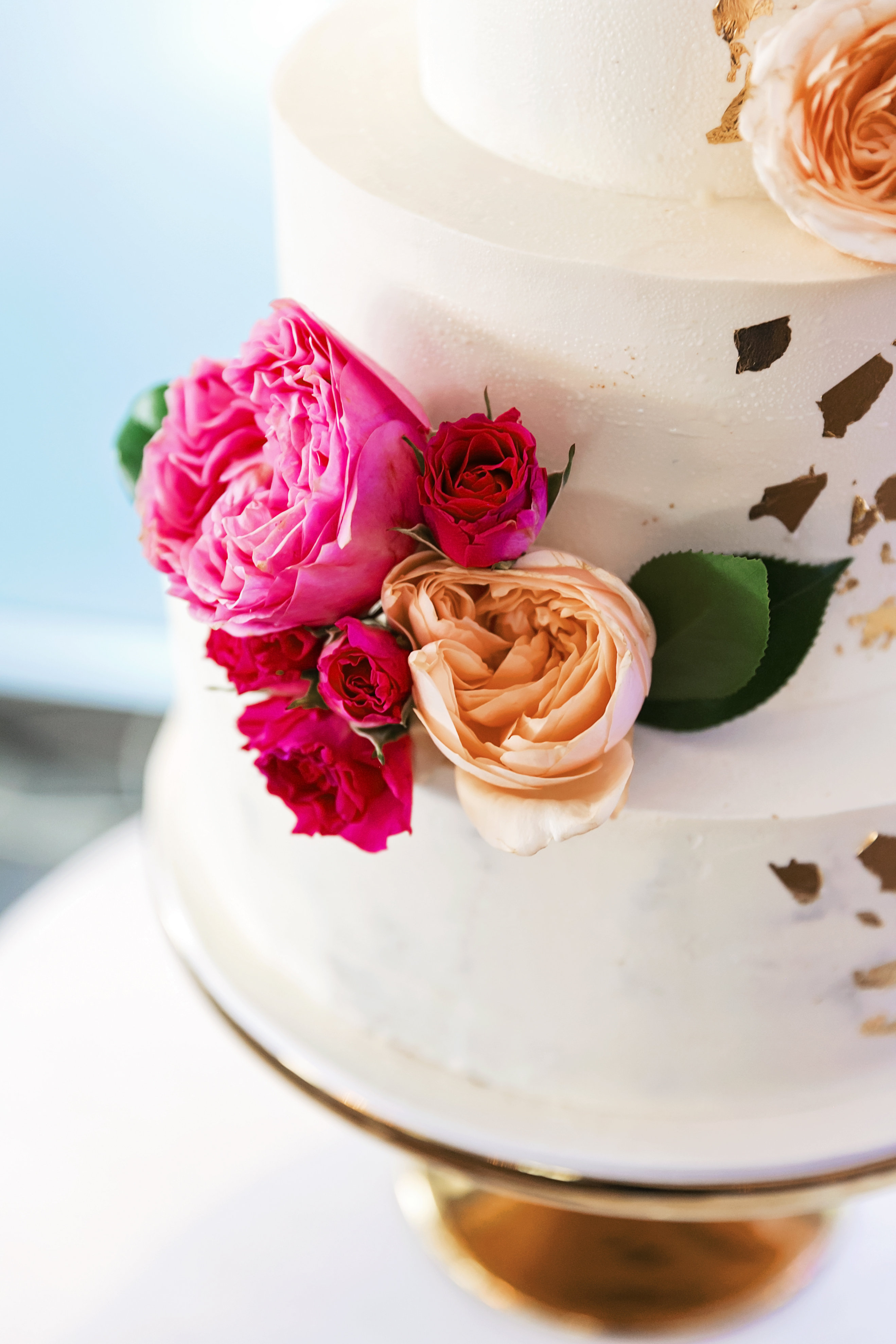 Noosa wedding featuring mordern bright blooms on weding cake.