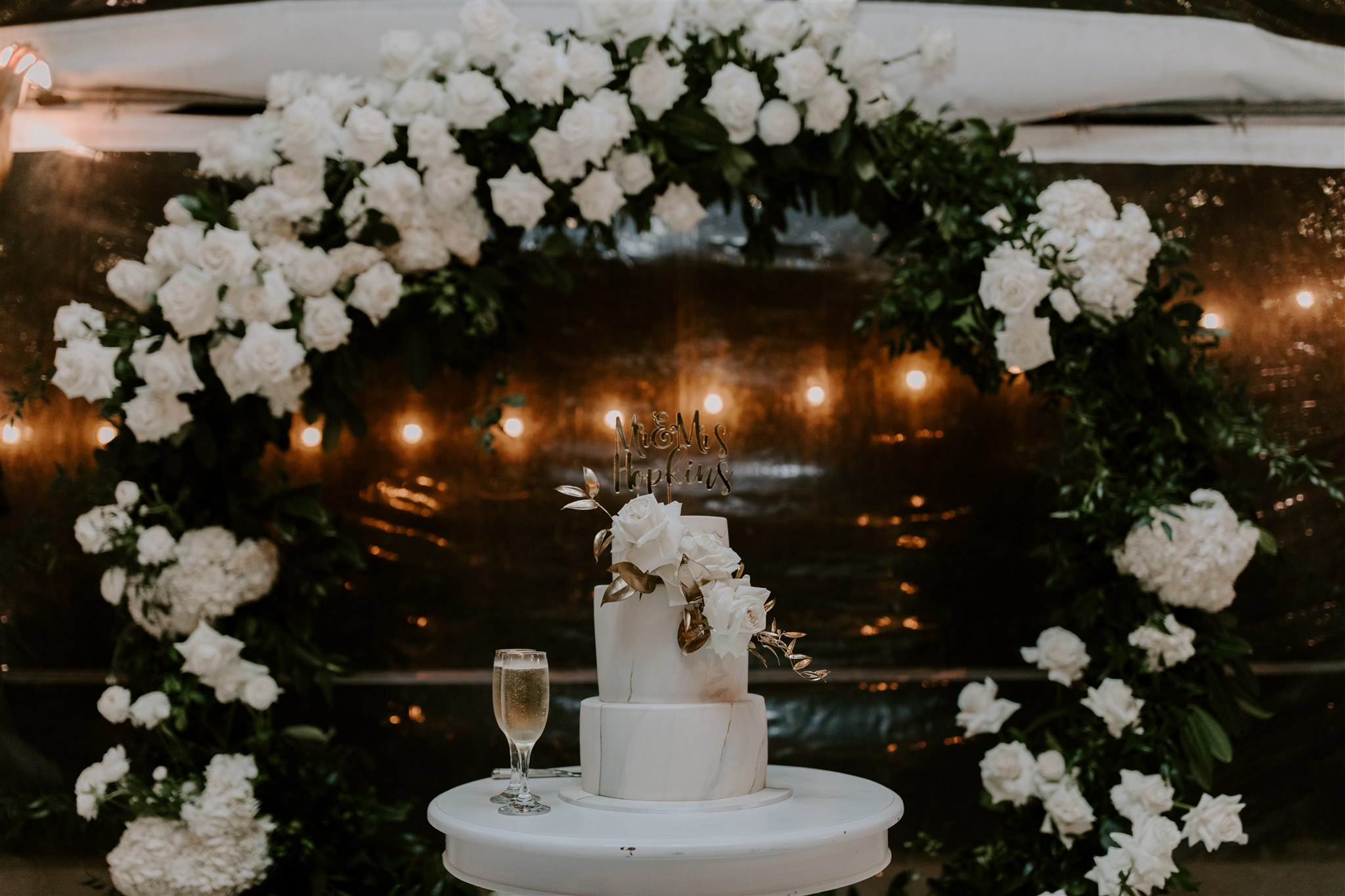 Modern reception flowers in white tones