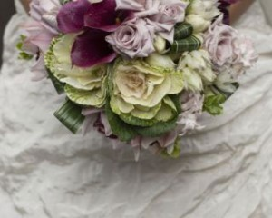 Silvery moon roses, Kale, cymbidium orchids, blushing brides and calla lilies - Image by Calli B Photography