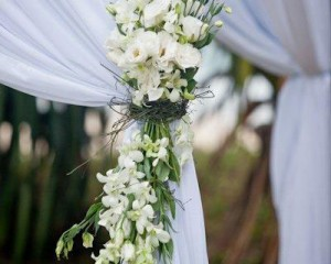 Canopy posy of lisianthus, orchids and vine feature - Image by Focus Films