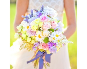 ..Unstructured hand held design featuring daisies, sweet pea, lavender, roses and disbuds.Image by Karen Buckle